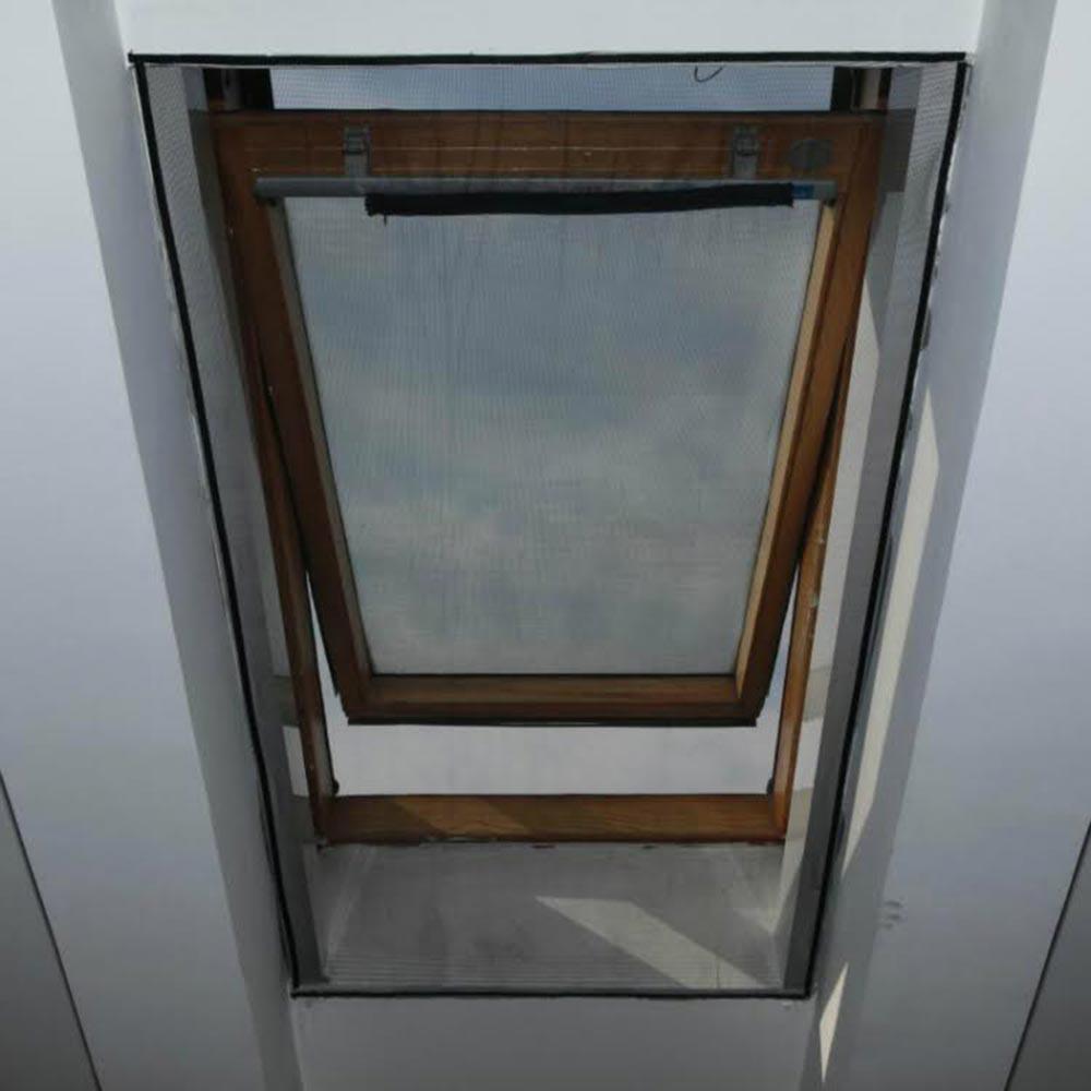 Zanzariera per finestra velux apribile con zip zanzariera for Dimensioni finestre velux nuova costruzione